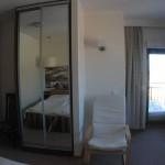 """Apartament """"Toń Morska"""" – sypialnia z widokiem na drugi balkon"""