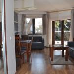 "Apartament ""Szum Morza"" – widok od strony sypialni na salon i taras"