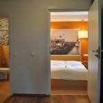 """Apartament """"Szum Morza"""" – widok z salonu na sypialnię i łazienkę"""