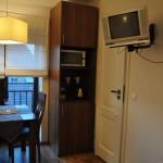 """Pokój """"Muszla""""- z prawej strony drzwi do łazienki i kuchenny kącik"""