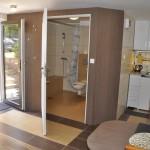 """""""Koja"""" – Studio przystosowane do potrzeb osób niepełnosprawnych- widok na aneks kuchenny, łazienkę i wyjście"""