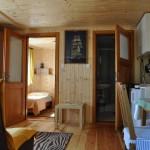 """Domek """"Sztorm"""" – widok od wejścia. Po prawej łazienka, po lewej sypialnia"""