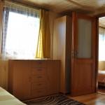 """Domek """"Sztorm"""" – widok z saloniku na sypialnię"""